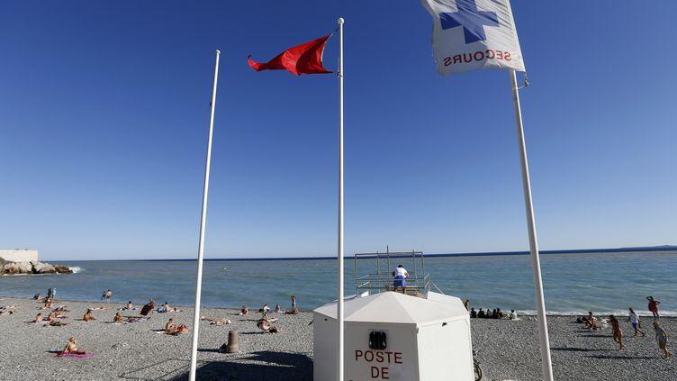 Le drapeau rouge dressé sur la plage de Nice (Alpes-Maritimes), le 29 juillet 2013. (VALERY HACHE / AFP)