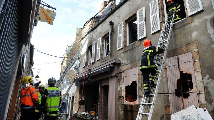 La maison incendiée dans laquelle ont péri un homme et quatre enfants le 6 mars 2012 se trouve dans le centre de Lannion (Côtes-d'Armor). (FRED TANNEAU / AFP)