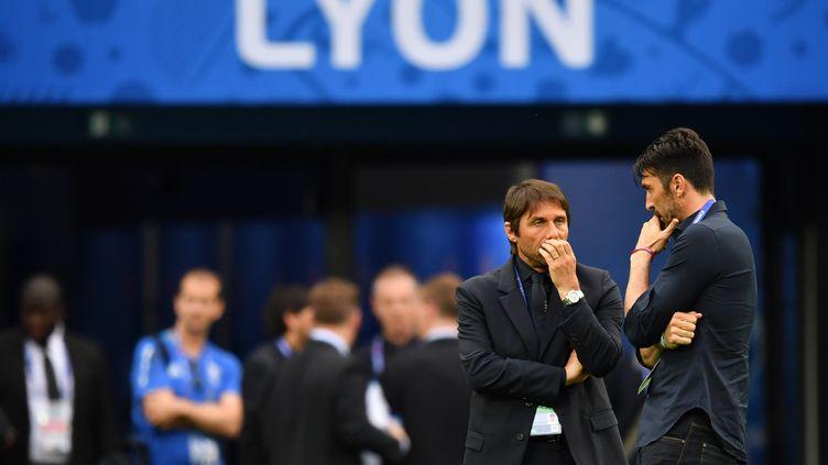 Antonio Conte, le sélectionneur de l'Italie, et son capitaine, Gianluigi Buffon, en pleines interrogations sur la pelouse du Parc Olympique Lyonnais à la veille du choc contre la Belgique. (UWE ANSPACH / DPA)