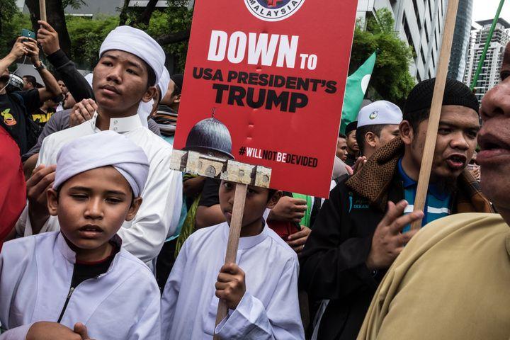 Des Malaisiens manifestent à Kuala Lumpur contre la reconnaissance de Jérusalem comme capitale d'Israël par les Etats-Unis, le 8 décembre 2017. (NANA SAFIANA / AFP)