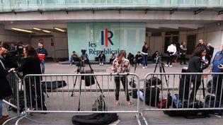 De nombreux journalistes attendent devant le siège des Républicains après la démission de Laurent Wauquiez, le 3 juin 2019 à Paris. (JACQUES DEMARTHON / AFP)