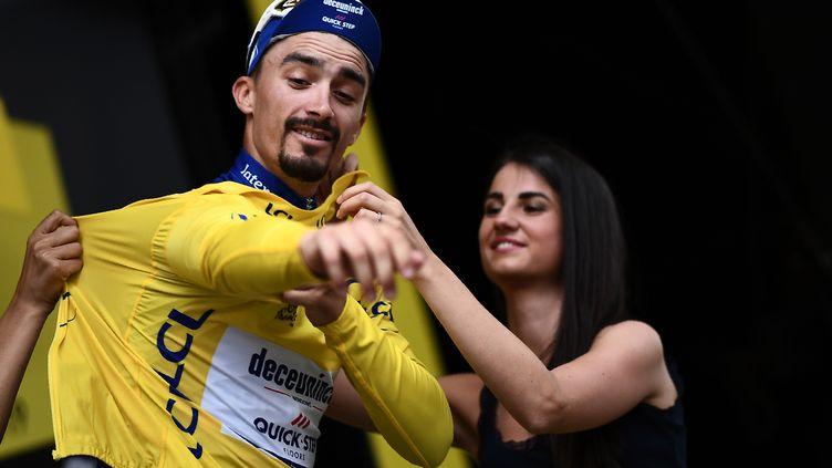 Julian Alaphilippe en file le maillot jaune au soir de la 18e étape du Tour de France 2019, à Valloire, le 25 juillet 2019. (ANNE-CHRISTINE POUJOULAT / AFP)
