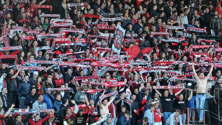 Des supporters du club de football de Guingamp, le 20 mai 2017, lors d'un match au Roudourou contre le FC Metz. (FRED TANNEAU / AFP)