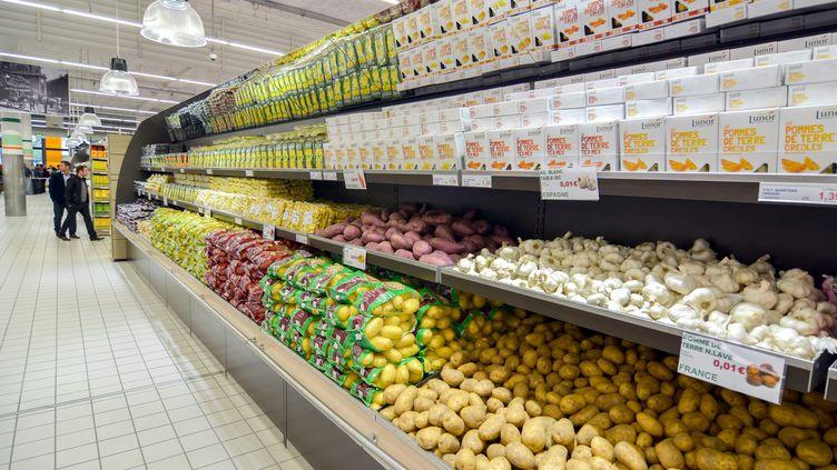 Un rayon de fruits et légumes dans un magasin de La Courneuve (Seine-Saint-Denis)le 28 avril 2015 (illustration). (BRUNO LEVESQUE / MAXPPP)