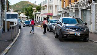 Des personnes traversent la rue à Marigot (Saint-Martin), le 27 février 2018. (LIONEL CHAMOISEAU / AFP)