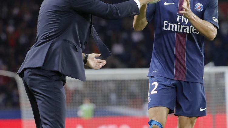 Unaï Emery, l'entraîneur du PSG, donne le ballon à son défenseur Thomas Meunier (STEPHANE ALLAMAN / STEPHANE ALLAMAN)