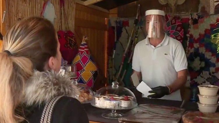 La municipalité a décidé d'aider les restaurateurs en leur permettant de disposer des chalets du marché de Noël pour de la vente à emporter. (FRANCEINFO)