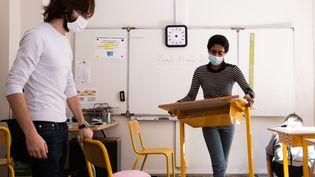 Les écoles réaménagent les classes pour accueillir les enfants en respectant les protocoles d'hygène imposés par le coronavirus (photo d'illustration). (ALEXIS SCIARD / MAXPPP)