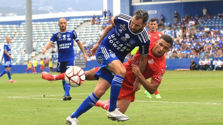 Le promu bastiais (en bleu) a tenu tête à Nîmes, ancien pensionnaire de Ligue 1, lors de la première journée de Ligue 2, le 24 juillet 2021. (XAVIER GRIMALDI / MAXPPP)