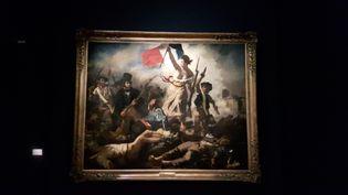 """Le tableau """"La liberté guidant le peuple"""", peinten 1830 par Delacroix et inspiré des Trois Glorieuses,est l'une des œuvres exposées au Louvre pour larétrospectivesur l'artiste. (ANNE CHÉPEAU / FRANCEINFO)"""