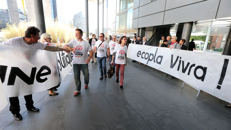 Des ex-salariés d'Ecopla arrivent au palais de justice de Grenoble (Isère), le 5 octobre 2016. (MAXPPP)
