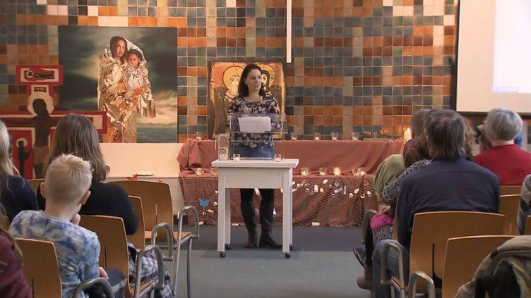 Aux Pays-Bas, pour empêcher l'expulsion d'une famille arménienne, des pasteurs et fidèles se mobilisent. Une cérémonie religieuse en continu se déroule dans une église où s'est réfugiée ladite famille, empêchant ainsi les autorités de venir l'appréhender dans le lieu de culte. (FRANCEINFO)