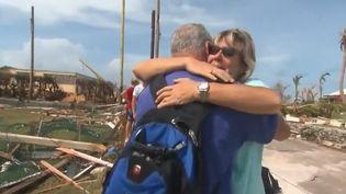 Au milieu de la désolation, certains sinistrés retrouvent des membres de leur famille portés disparus.  (CAPTURE ECRAN FRANCE 2)