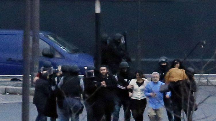 Des otages libérés du supermarché casher après l'assaut des forces de l'ordre, le 9 janvier 2015, à porte de Vincennes, à Paris. (THOMAS SAMSON / AFP)