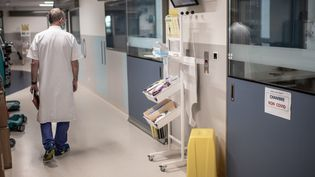 Un médecin marche dans les couloirs du service de réanimation de l'hôpital Saint-Louis à Paris, le 28 mai 2020. (MARTIN BUREAU / AFP)
