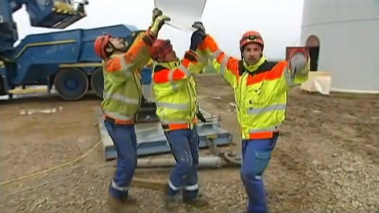 Des employés de la société Enercon travaillent au montage d'une éolienne, en Picardie. ( FRANCE 2 / FRANCETV INFO)