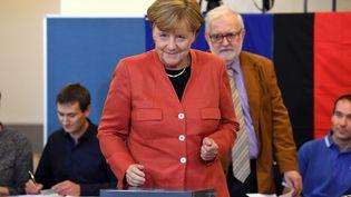 La chancelière Angela Merkel vote pour les élections législatives, à Berlin (Allemagne), le 24 septembre 2017. (MAURIZIO GAMBARINI / ANADOLU AGENCY / AFP)