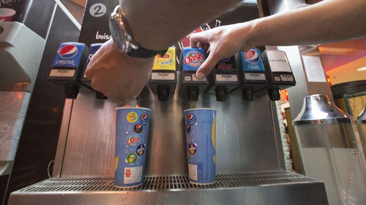 (Certaines enseignes de restauration rapide, comme Quick, proposent déjà des fontaines de soda en libre-service © MaxPPP)