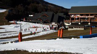 ÀMéribel, ci-dessus le 16 décembre 2016, comme dans le reste de la Savoie, la neige se fait rare en ce début de saison. (JEAN-PIERRE CLATOT / AFP)
