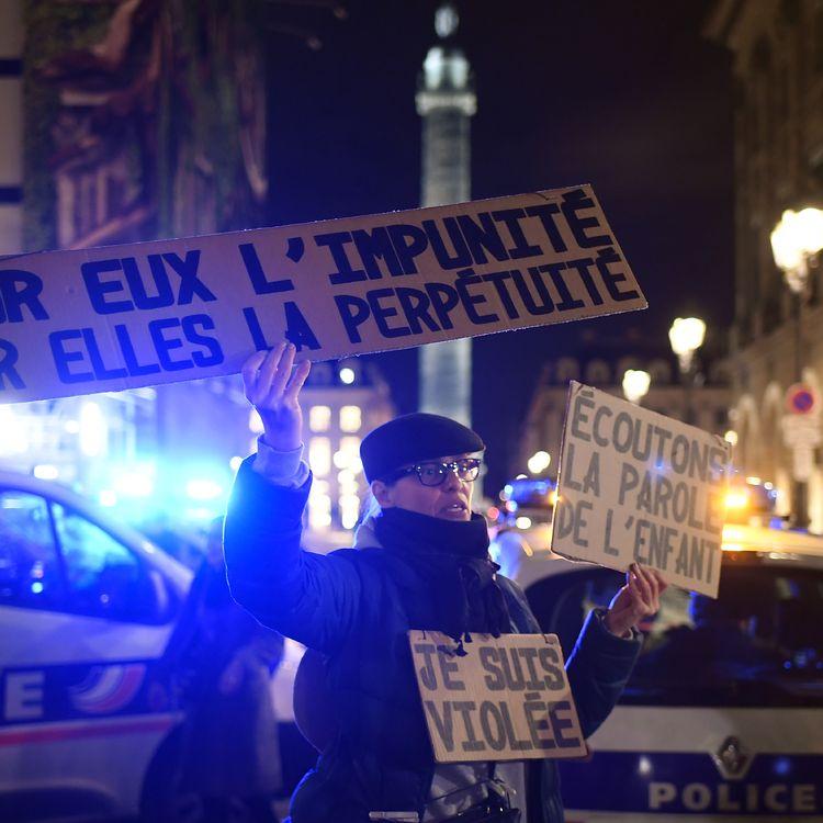 Une femme manifeste devant le ministère de la Justice, place Vendôme, à Paris, le 14 novembre 2017, après l'acquittement d'un homme qui était accusé d'avoir violé une fillette de 11 ans. (LIONEL BONAVENTURE / AFP)