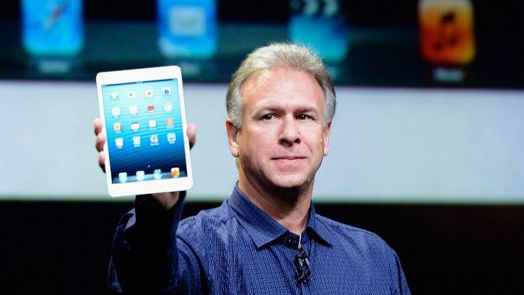 Phil Schiller,responsable du marketing mondial d'Apple, présente l'iPad mini, le 23 octobre 2012 à San Jose (Californie). (KEVORK DJANSEZIAN / GETTY IMAGES NORTH AMERICA / AFP)