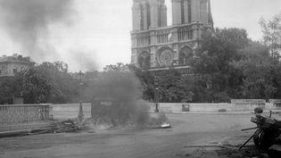 Des combats font rage à quelques pas de Notre-Dame durant l'insurrection de la capitale entre le 19 et le 24 août. La cathédrale célèbre la Libération de Paris le 25 août 1944. (STF / AFP)