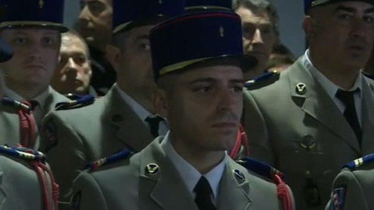 À Pau, dans les Pyrénées-Atlantiques, l'émotion est vive après la mort de 13 militaires au Mali, dont sept étaient originaires de la ville. En direct de la mairie de Pau, où avait lieu un hommage aux victimes, Francis Mazoyer revient sur le rassemblement. (France 2)