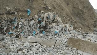 Au pied des falaises de Dollemard (Seine-Maritime), une montagne de 400 000 tonnes de déchets écœure les riverains. (France 3)