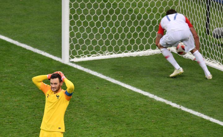 Hugo Lloris a commis une erreur de relance qui a donné un but à la Croatie, dimanche 15 juillet à Moscou (Russie). (VLADIMIR PESNYA / SPUTNIK / AFP)
