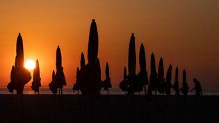 Un coucher de soleil à Deauville (Calvados), le 6 septembre 2021. (LOIC VENANCE / AFP)