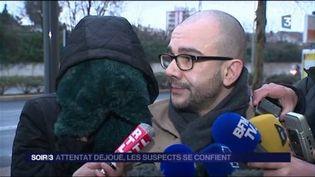 La mère de l'un des suspects s'exprime visage caché devant les caméras. (FRANCE 3)