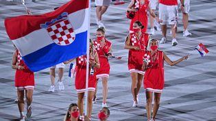 La Croatie, lors de la parade des nations, à la cérémonie d'ouverture des Jeux olympiques de Tokyo, au Stade olympique de Tokyo (Japon), le 23 juillet 2021. (BEN STANSALL / AFP)