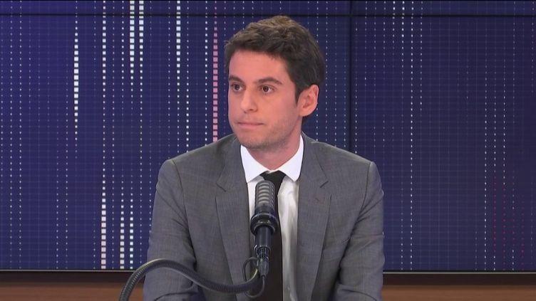"""Gabriel Attal,porte-parole du gouvernement, était l'invité du """"8h30 franceinfo"""", vendredi 5 mars 2021. (FRANCEINFO / RADIOFRANCE)"""