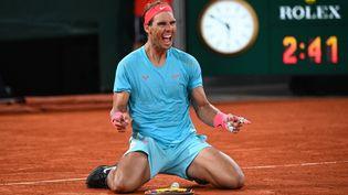 L'Espagnol Rafael Nadal bat le Serbe Novak Djokovic, en finale de Roland-Garros, à Paris, le 11 octobre 2020. (ANNE-CHRISTINE POUJOULAT / AFP)