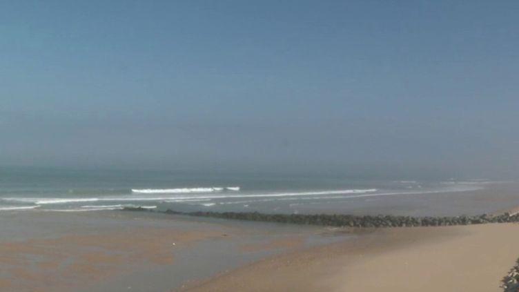 Samedi 25 avril, une trentaine de députés Les Républicains ont proposé de repousser le calendrier des vacances d'été pour sauver la saison touristique. Pour le moment, aucune date pour la réouverture des plages. (FRANCE 2)
