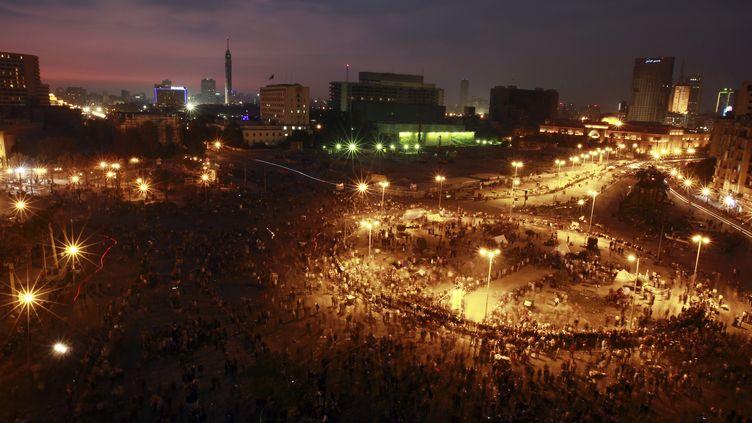 Des manifestants sont rassemblés place Tahrir, au Caire (Egypte), le 21 novembre 2011 au soir, pour protester contre le pouvoir militaire. (AMR DALSH / REUTERS)