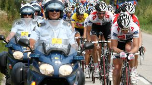 Des gendarmes en tête du peloton du Tour de France, le 24 juillet 2008. (JOEL SAGET / AFP)