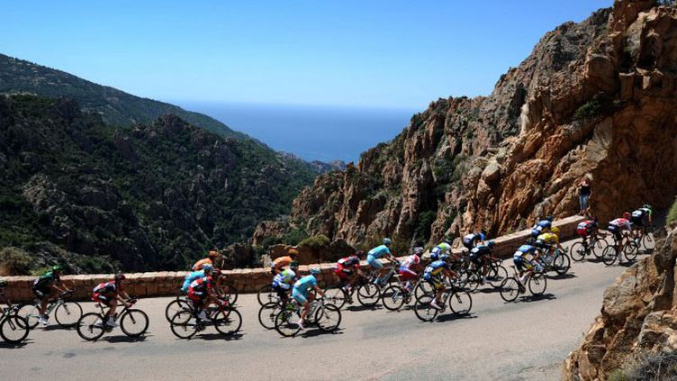 Le peloton du Tour de France en Corse (les fameuses calanques de Piana) (YORICK JANSENS / BELGA MAG)