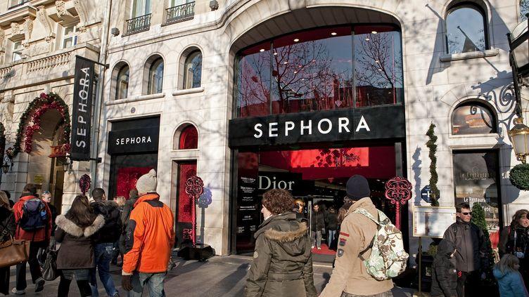 Le magasin Sephora sur les Champs-Elysées, à Paris, est ouvertsept jours sur sept, jusqu'à minuit en semaine et 1 heure le week-end. (PATRICK ESCUDERO / AFP)