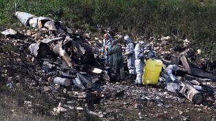 Des enquêteursde l'armée israélienne surle lieu du crash de l'avion de chasse, le 10 février 2018, dans le nord d'Israël. (RONEN ZVULUN / AFP)