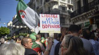 Lors de la manifestation du 4 octobre 2019 à Alger. Comme à chaque fois, les manifestants réclament la libération des détenus arrêtés lors des manifestations. (RYAD KRAMDI / AFP)