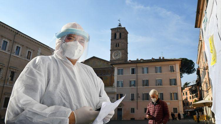 Un pharmacien réalisant des tests antigéniques du Covid-19 à Rome (Italie) le 27 novembre 2020 (ALBERTO PIZZOLI / AFP)