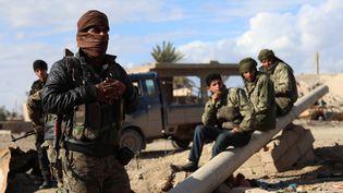 Des combattants des Forces démocratiques syriennes (SDF), dans le village de Baghouz, dans la campagne de la province syrienne de Deir Ezzor, à la frontière irakienne, le 2 février 2019. (DELIL SOULEIMAN / AFP)
