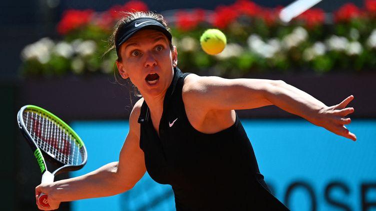 Simona Halep a été renversée par Elise Mertens en huitièmes de finale du tournoi WTA de Madrid mardi 4 mai. (GABRIEL BOUYS / AFP)