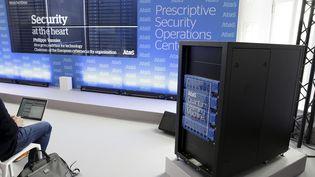 Présentation, le 4 juillet à Bruxelles, en Belgique, de l'ordinateur ATOS qui pourrait permettre de tester des algorithmes quantiques. (NICOLAS MAETERLINCK / BELGA MAG)