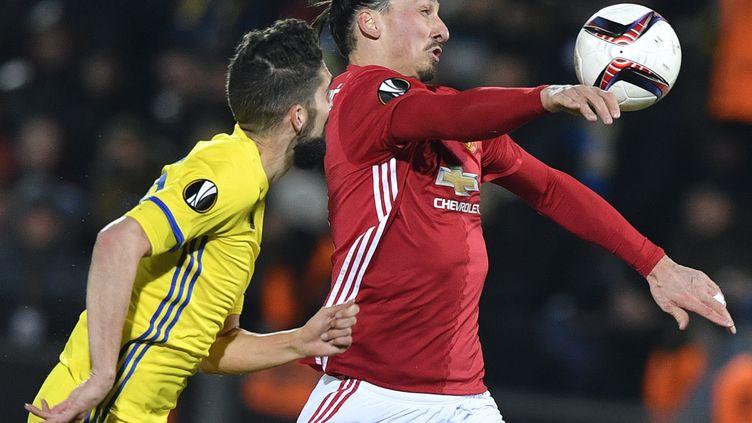 Duel entre Zlatan Ibrahimovic (Manchester United) et Miha Nevlja (Rostov) (ALEXANDER NEMENOV / AFP)