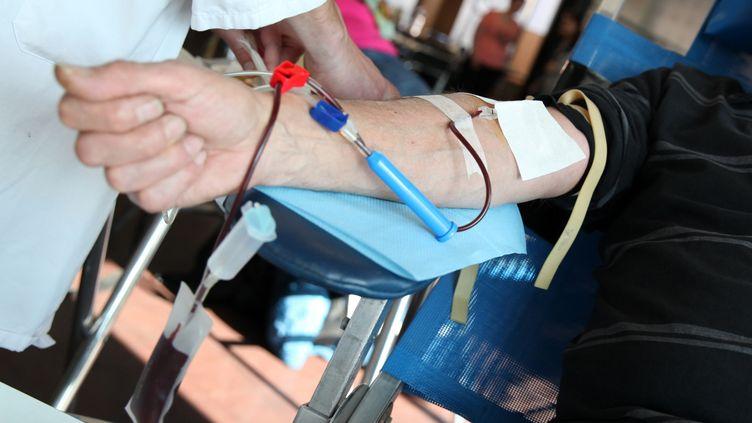 Un homme donne son sang, le 20 avril 2015 à Roncq (Nord). (THIERRY THOREL / CITIZENSIDE.COM / AFP)