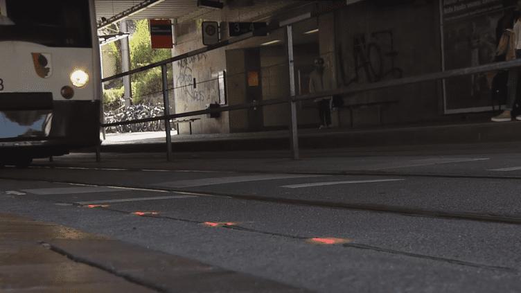 Les feux installés au sol d'une station de tramway d'Augsbourg, en Allemagne. (AUGSBURGER ALLGEMEINE / YOUTUBE)
