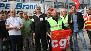 Des salariés de Fagor manifestent devant les grilles de l'usine de La Roche-sur-Yon (Vendée) contre une mesure de chômage partiel, le 1er octobre 2012. (  MAXPPP)