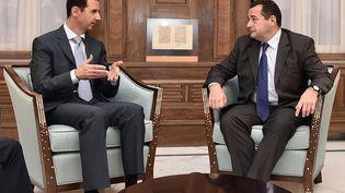 Le président syrien Bachar Al-Assad (à gauche) et Jean-Frédéric Poisson,député du Parrti chrétien démocrate, à Damas (Syrie), le 28 octobre 2015. (SANA)
